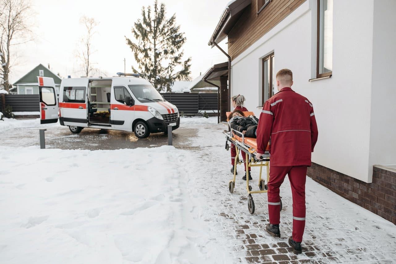ambulancier devant ambulance