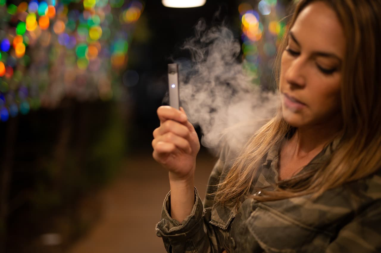 femme qui vapote sa cigarette électronique avec e-liquide diy