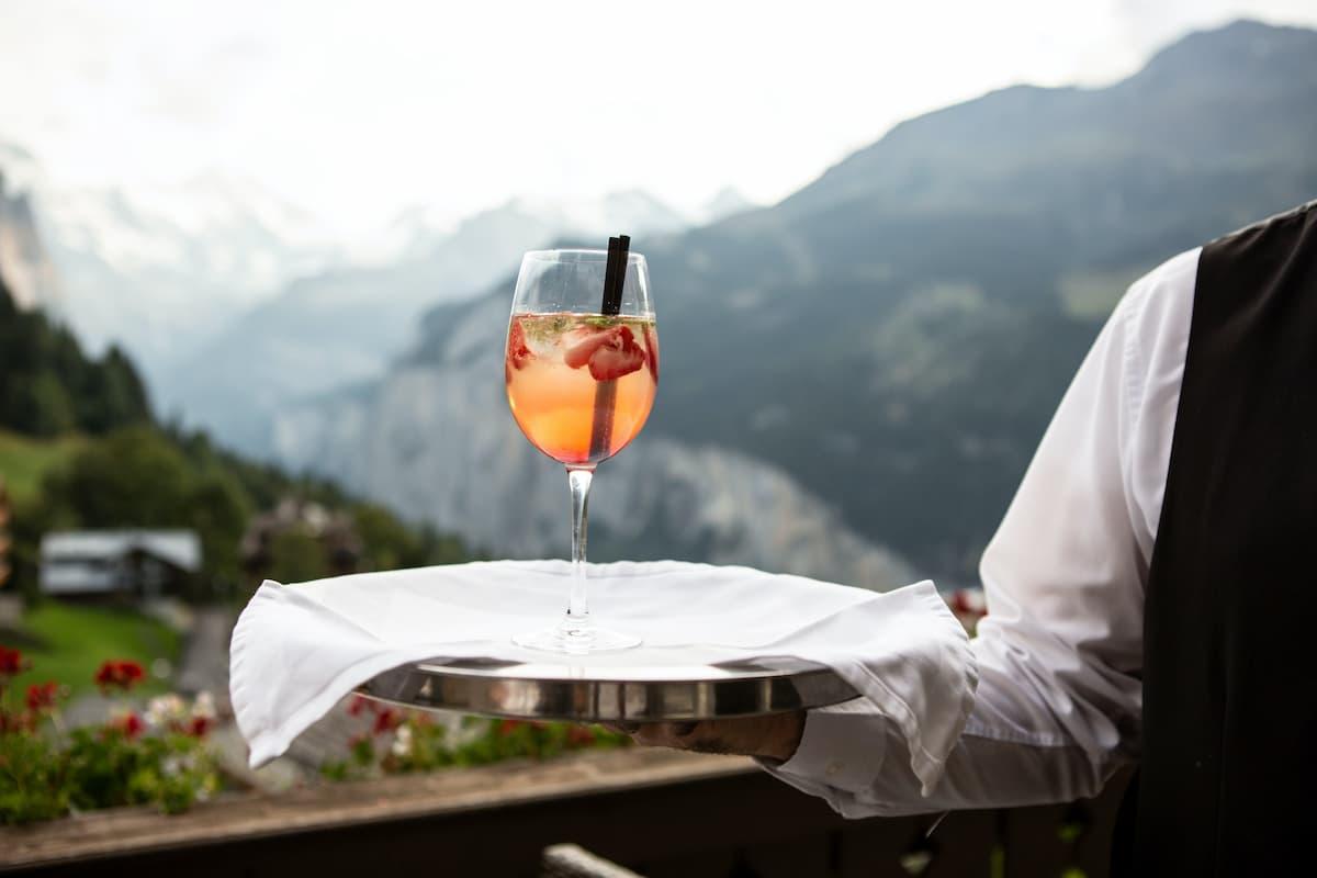 majordome servant un verre
