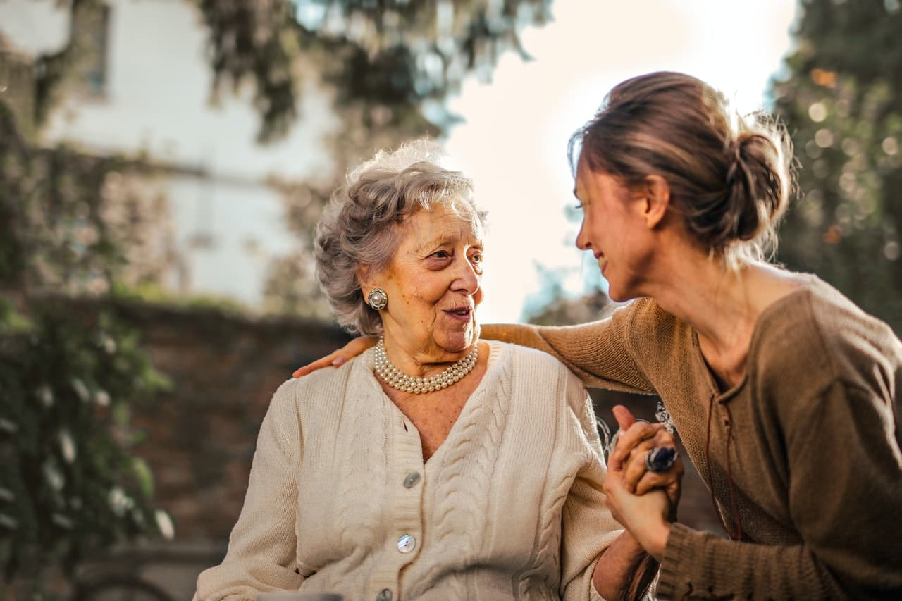 personne âgée avec une jeune femme