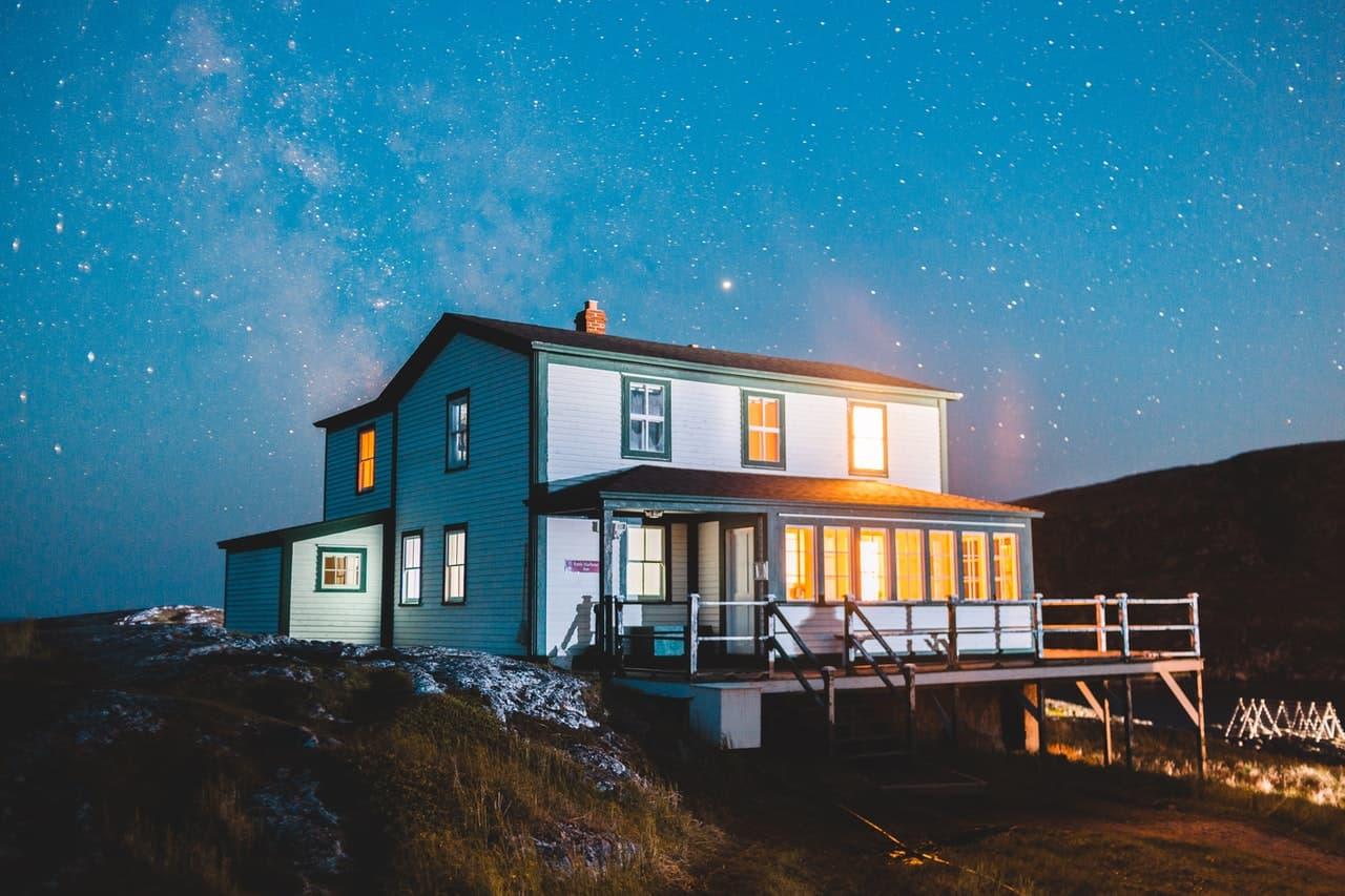 maison en bois de nuit