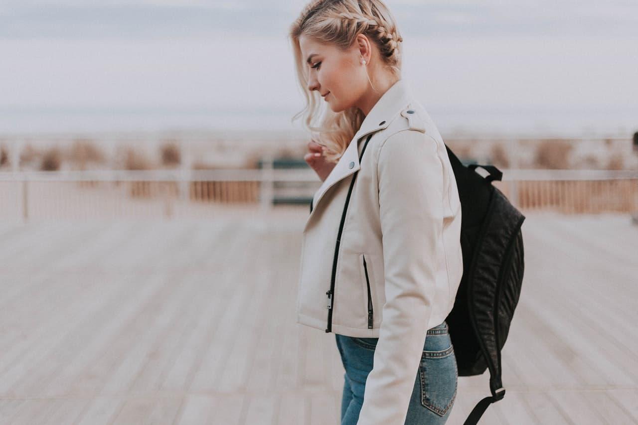 femme avec sac à dos Eastpak